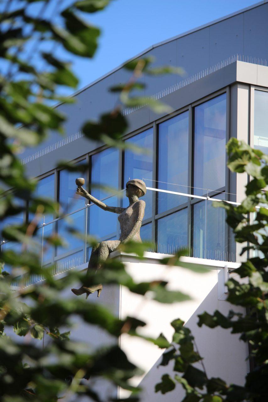 """""""Margriet"""" zit op de dakrand van brouwerij Van Steenberge en verwelkomt alle bezoekers. Proost!"""