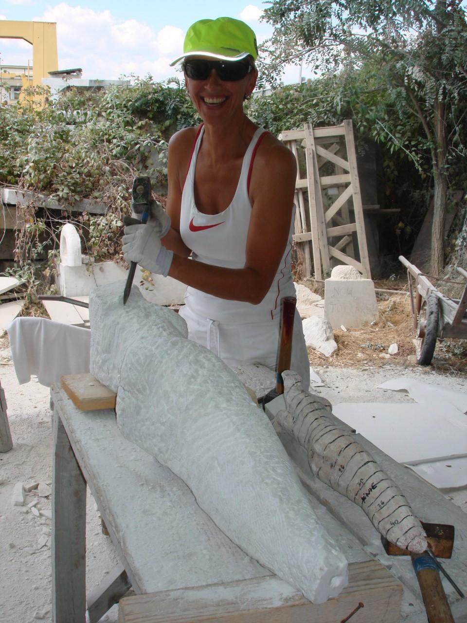"""In Carrara """"Turkse Woman"""" aan het beeldhouwen."""