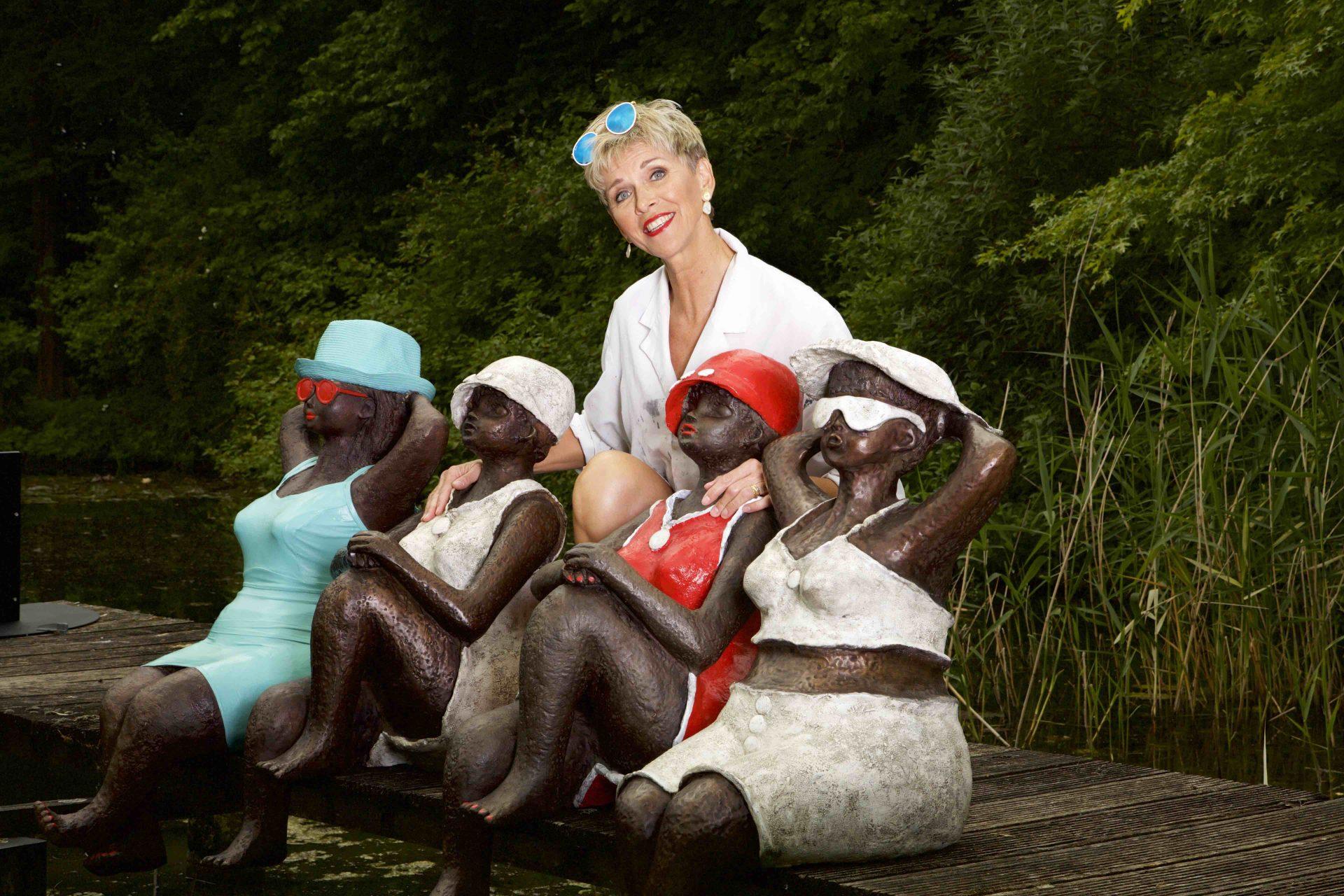 happy aan het water, bronzen beelden voor aan het water, kunst voor zwembad, kunst voor vijver Veerle De Vos en haar dikke madammen