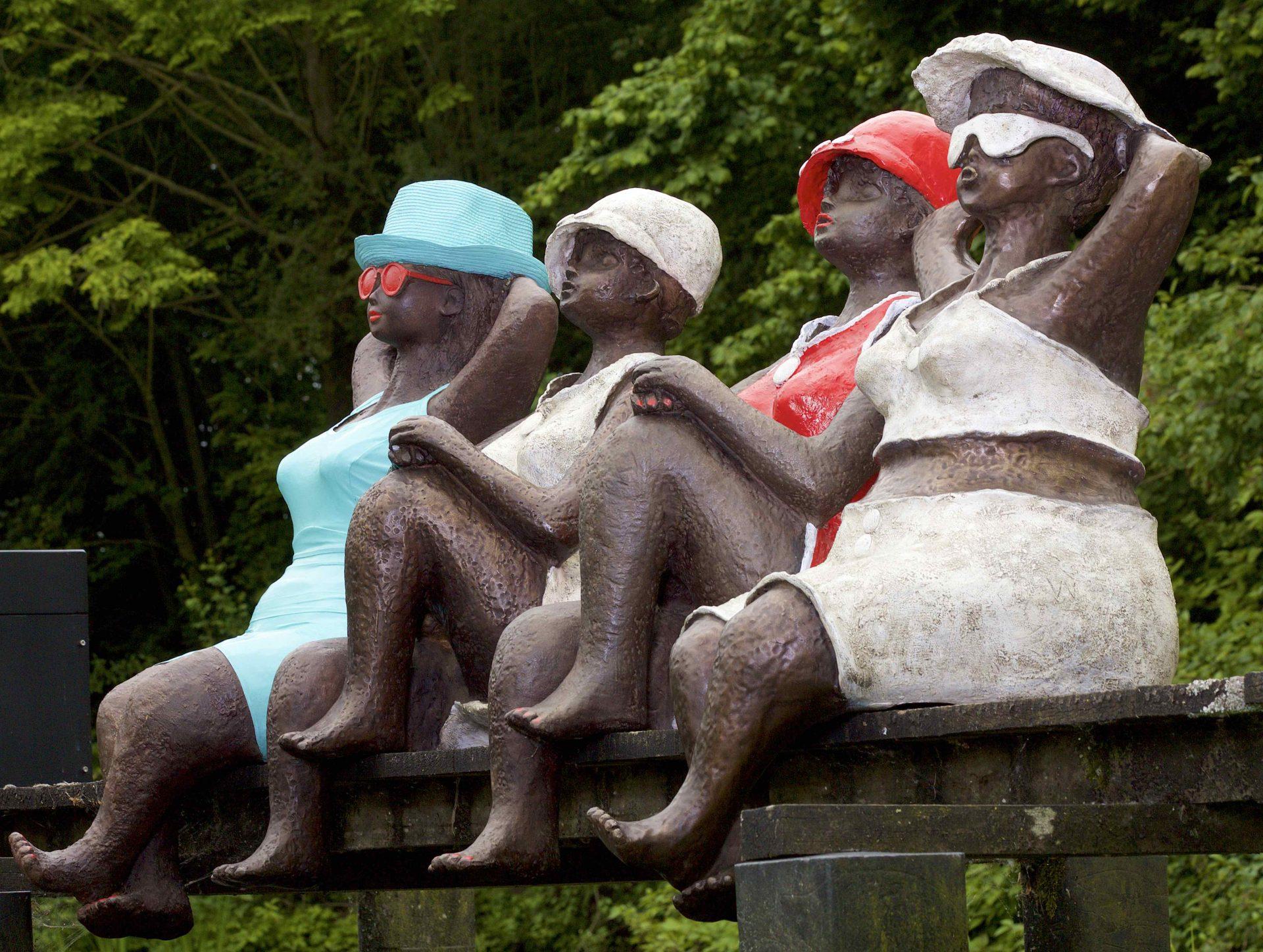 4 dikke madammen op een rij, elk 1 meter groot, kunnen in tuin zitten of aan water geplaatst worden blije kunst, vrolijke kunst